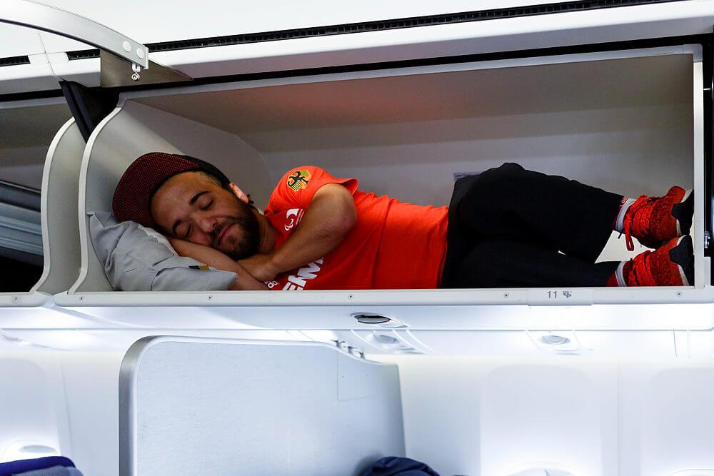 Mathias Mester beim Rückflug im Siegerflieger der Luftthansan aus dem Paralympics Sommerspiele in Rio de Janeiro, Brasilien- Fotograf Binh Truong war als Mitglied des Pressteams für den Deutsche Behindertensportverband DBS während der Spiele mit dabei.