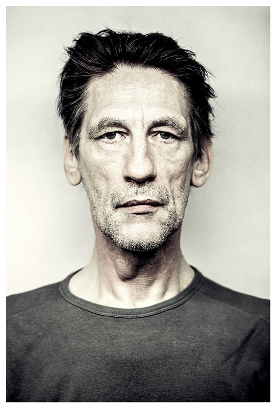 Deutscher Film- und Theaterschauspieler Wolfgang Michael beim Agentur Sedcard Fotoshooting mit Berliner Fotograf Binh Truong.